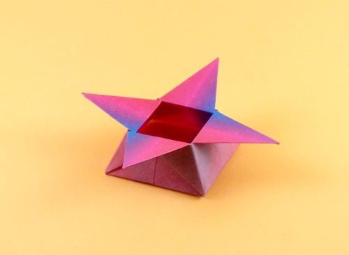 How to make an origami star box. ---------- Origami: Star Box Designed By:  Dave Brill Made By: Heather -------… | Easy origami star, Origami star box, Origami  stars | 366x500